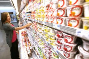 Kvinne velger yoghurt